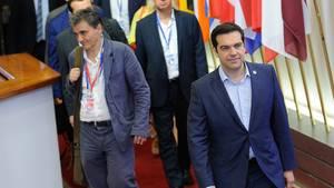 Der griechische Finanzminister Euklid Tsakalotos und sein Chef, Ministerpräsident Alexis Tsipras, nach dem Ende des Gipfels