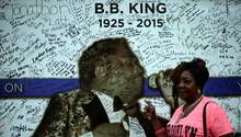 Ein Fan des verstorbenen Bluesmusikers B.B. King vor einer Kondolenzwand