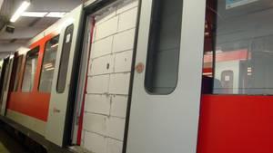 In den Türrahmen einer Hamburger S-Bahn ist eine weiße Mauer gebaut