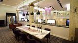 Auf der Empore: Wo sich zu Maritim-Zeiten eine Champagner-Bar im Stil der 60er und 70er Jahre befand, gibt es jetzt einen Salon - mit Blick auf das Treiben unten in der Lobby