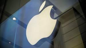 Das bekannte Apfel-Logo ist an einem Apple-Store zu sehen.
