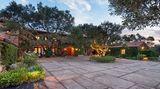 Insgesamt verfügen die Villa und das Gästehaus über eine Wohnfläche von gut 880 Quadratmetern.