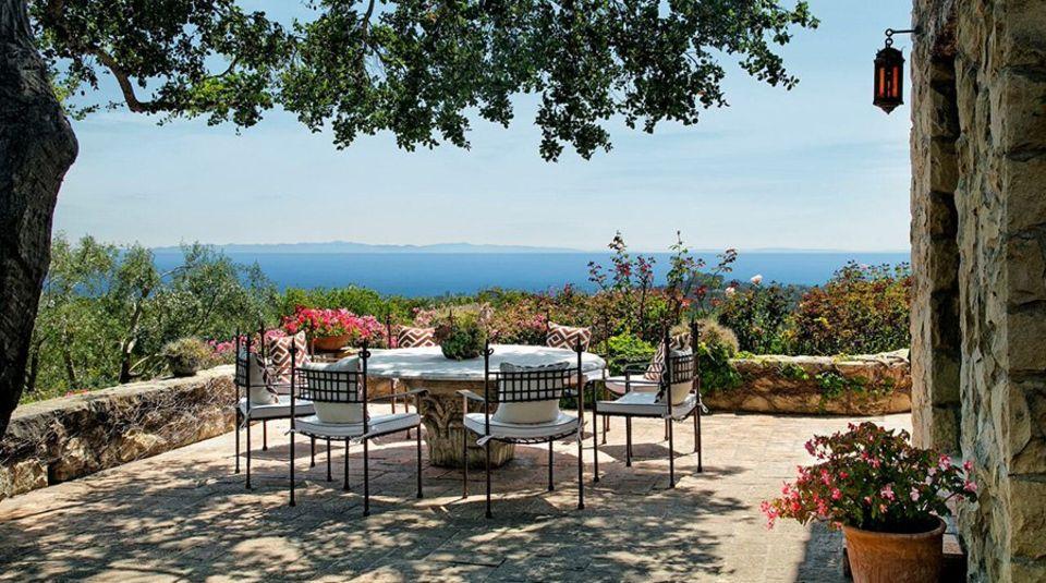 Von der Terrasse aus hat man einen Ausblick aufs Meer, den viele so nur aus Urlaubskatalogen kennen.