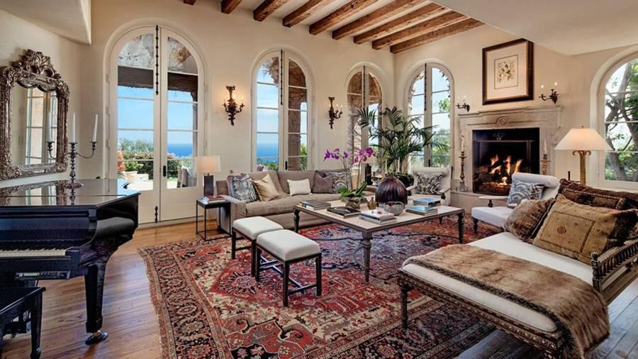 Eines der drei Wohnzimmer - natürlich mit Kamin und edlem Flügel.