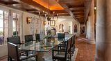 Farben und Materialien in den hohen Räumen versprühen ein mediterranes Wohngefühl.