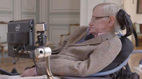 Stephen Hawking sitzt in seinem Rollstuhl mit Sprachcomputer