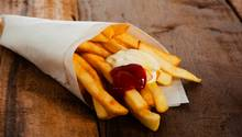 Pommes Frites mit Mayonnaise und Ketchup