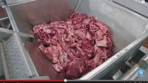 Grobes Rindfleisch bei McDonald's in einem Fleischwolf