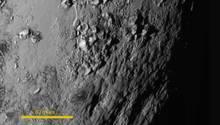 Nahaufnahme der Pluto-Oberfläche mit auffälliger Bergformation