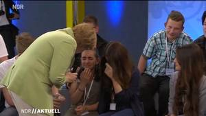 Angela Merkel tröstet Flüchtlingsmädchen Reem: Siehat offenbar gute Chancen, mit ihrer Familie in Deutschland bleiben zu können.