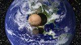 Pluto und Charon montiert vor eine blaue Erdkugel