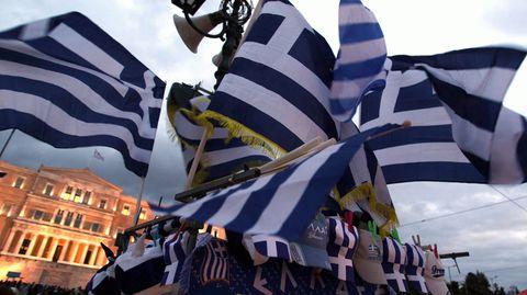 Griechische Fahnen wehen auf dem Syntagma-Platz vor dem Parlamentsgebäude in Athen.