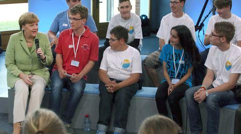 Kanzlerin Angela Merkel diskutiert in Rostock mit Kindern und Jugendlichen