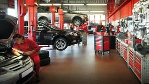 Kfz-Mechaniker bei der Arbeit:Beim Gebrauchtwagen ist nicht jede Reparatur notwendig.