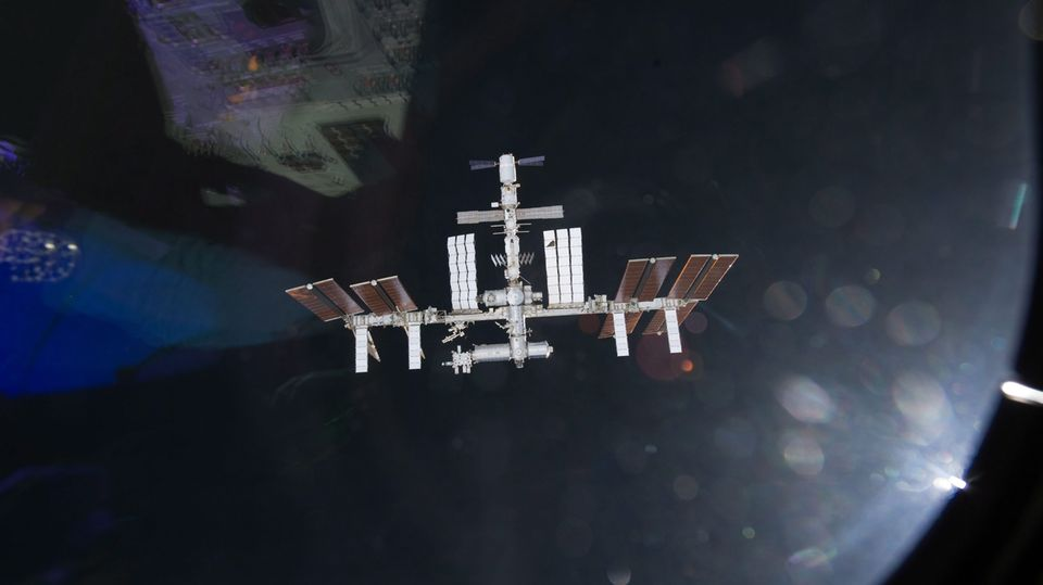 Die Internationale Raumstation im Orbit über der Erde