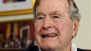 Muss vorerst eine Halskrause tragen: George Bush senior