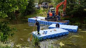 Polizisten graben im Flussbett der Nuthe nach dem verschwundenen Elias