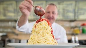 Dario Fontanella mit Spaghetti-Eis