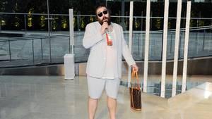 Ein Auftritt, wie es sich für Ostrovsky gehört: Bei denCFDA Fashion Awards, den Mode-Oscars, erscheint Ostrovksy mit kurzen Hosen, Louis-Vuitton-Tasche und seinem Rosé. Marketing, perfekt ironisiert.