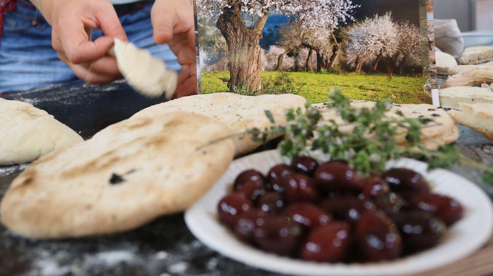 Griechische Oliven und Pita-Brot auf einem Markt in Berlin