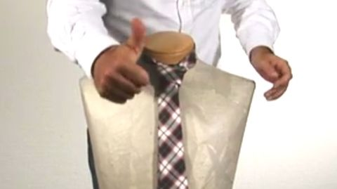 So binden Sie die Krawatte richtig