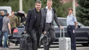 Sigmar Gabriel mit Gepäck auf dem Weg zum Flieger, mit er in den Iran reist