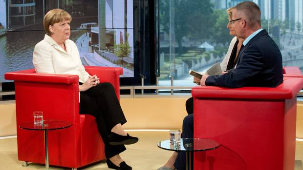 Angela Merkel beim Sommerinterview mit Tina Hassel und Rainald Becker im ARD-Hauptstadtstudio