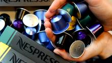 Eine Handvoll Kaffeekapseln von Nespresso