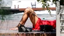 Eine Frau in Paris liegt wegen des schönen Wetters in der Sonne