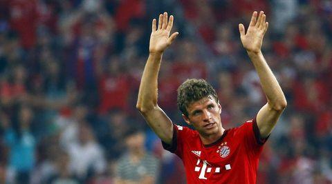 Thomas Müller winkt mit beiden Händen beim Verlassen des Spielfelds