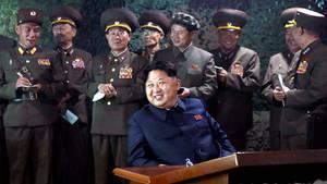 Nordkoreas Machthaber Kim Jong Un im Kreis von Militärangehörigen