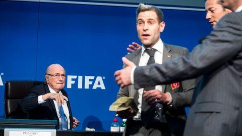 Komiker Simon Brodkin warf Dollarnoten auf FIFA-Präsident Joseph Blatter