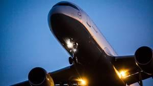 Eine Maschine der Lufthansa im Landeanflug: Am Flughafen von Warschau hatte sich eine unbekannte Drohne bis auf 100 Meter genähert.