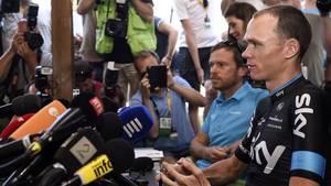 Christopher Froome sitzt vor Mikrofonen, umringt von Fotografen