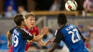Bastian Schweinsteiger im Manchester United-Trikot im Duell mit zwei Spielern der San Jose Earthquakes.