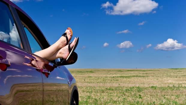 Einfach mal die Füße aus dem Autofenster halten, wenn es zu warm wird.
