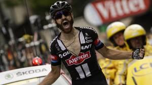 Simon Geschke überfährt jubelnd die Ziellinie der 17. Etappe der Tour de France