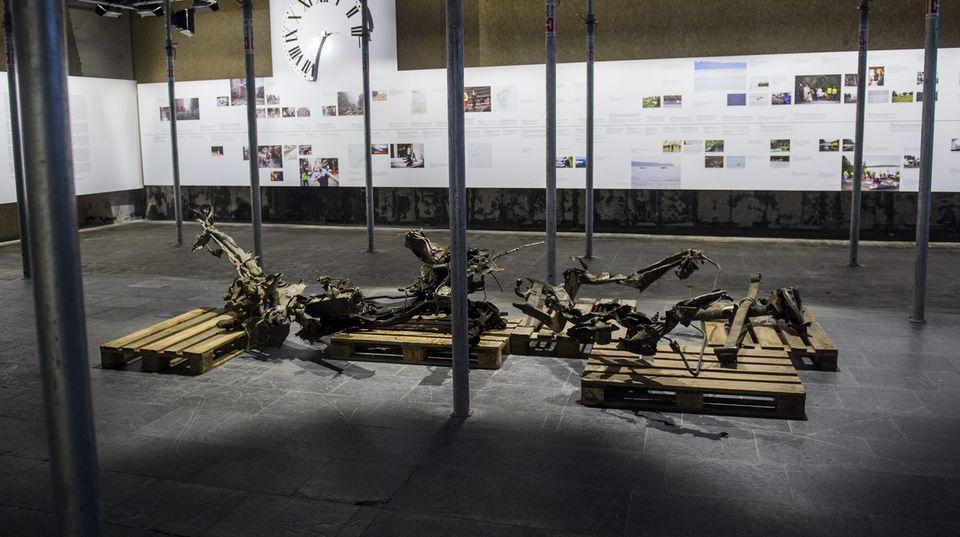 In einer Ausstellung sind die Überreste eines Autos zu sehen, das Breivik für einen Anschlag benutzte