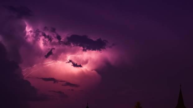 Dramatisch gefärbte Gewitterwolke