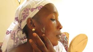 Im Namen der Schönheit: Die Textilarbeiterin Bintou Dembele nutzt Bleichcremes zum Aufhellen ihrer Haut. Sie weiß um die gesundheitlichen Risiken und tut es dennoch.
