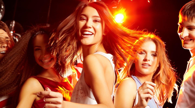 Teenager tanzen in einer Disco