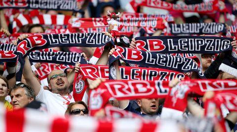 Fans von RB Leipzig halten ihre Schals hoch