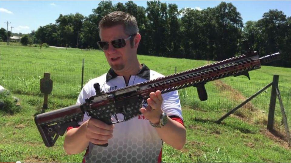 """Der Mitarbeiter der Firma """"556 Tactical LLC"""" stellt das Gewehr vor, das für wohltätige Zwecke verlost werden soll"""