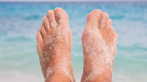 Füße am Strand: Entspannt im Urlaub