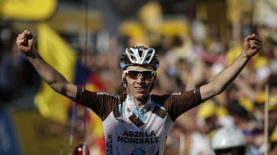 Romain Bardet, französischer Radprofi, jubelt beim Überqueren der Ziellinie der 19. Tour-de-France-Etappe