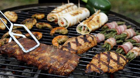 Auf dem Grill: Spareribs, Gemüse, gefüllte Hühnerbrust und Garnelen