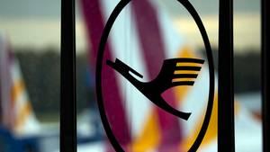 Das Logo der Lufthansa auf dem Flughafen Köln/Bonn vor einem Flugzeug von Germanwings