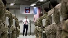 US-Verteidigungsminister Ashton Carter spricht bei seinem Besuch im Irak mit der 82. Airborne Division der US-Streitkräfte
