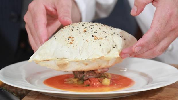 Zartes Kebab-Fleisch unter Yufkahaube