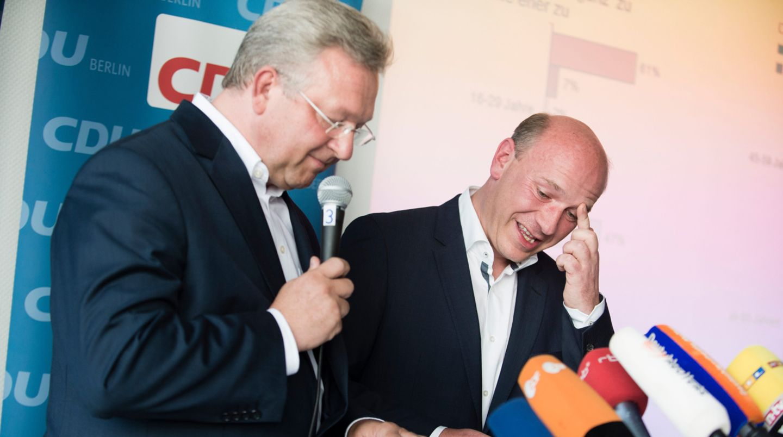 Berliner CDU-Landeschef Frank Henkel und sein Generalsekretär Kai Wegner versuchen ihre Enttäuschung wegzulächeln. Die Berliner CDU-Mitglieder votierten gegen die gleichgeschlechtliche Ehe.